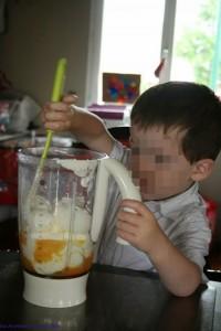 petit bonhomme mélange les ingrédients
